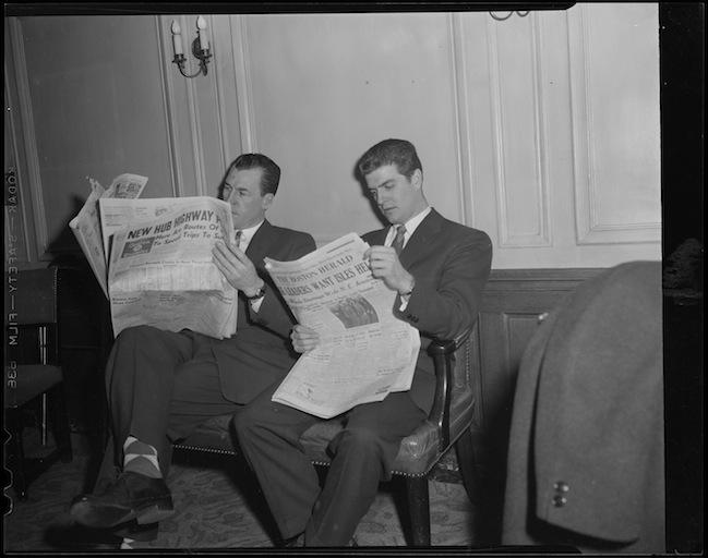 Analoges Zeitunglesen war gestern(flickr -  Boston Public Library - CC BY-NC-ND 2.0)