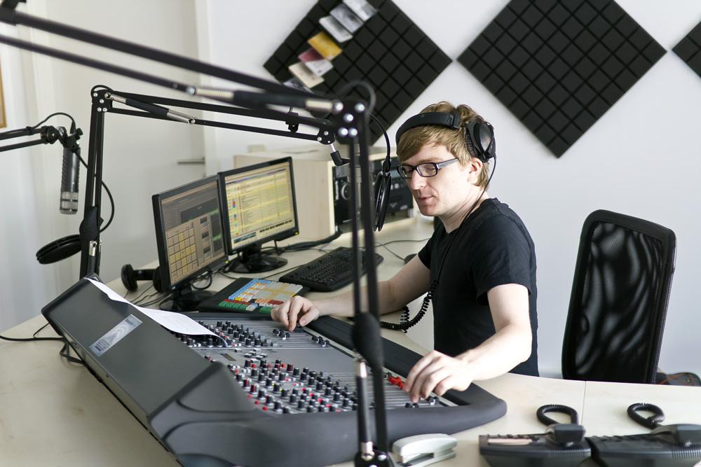 Studio von detektor.fm - an den Reglern Geschäftsführer Christian Bollert