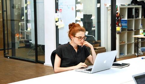 <b>Caroline Drucker, Head of International Brand Communication bei Etsy</b><br><br>  Caroline Drucker  ist eine durch und durch internationale Digital Frau. Nachdem die Kanadierin VICE in Deutschland mit aufbaute, arbeite sie für das DUMMY Magazin, entwickelte die Digitalstrategie für den Freitag und wurde dann Marketing Managerin bei Soundcloud. Danach wurde sie Deutschland-Chefin des Online-Marktplatzes für Selbst gemachtes, ETSY , und übernahm bald die internationale Markenkommunikation des Unternehmens. Nun verlässt sie Etsy nach 15 Jahren in Berlin und wird Strategic Partner Development  für Europa, den Mittleren Osten und Afrika bei Instagram in London. Die Feministin hält erfolgreich Vorträge darüber, wie man mehr Frauen in den Techbereich zieht und spricht regelmäßig als Speakerin auf Konferenzen und Messen.